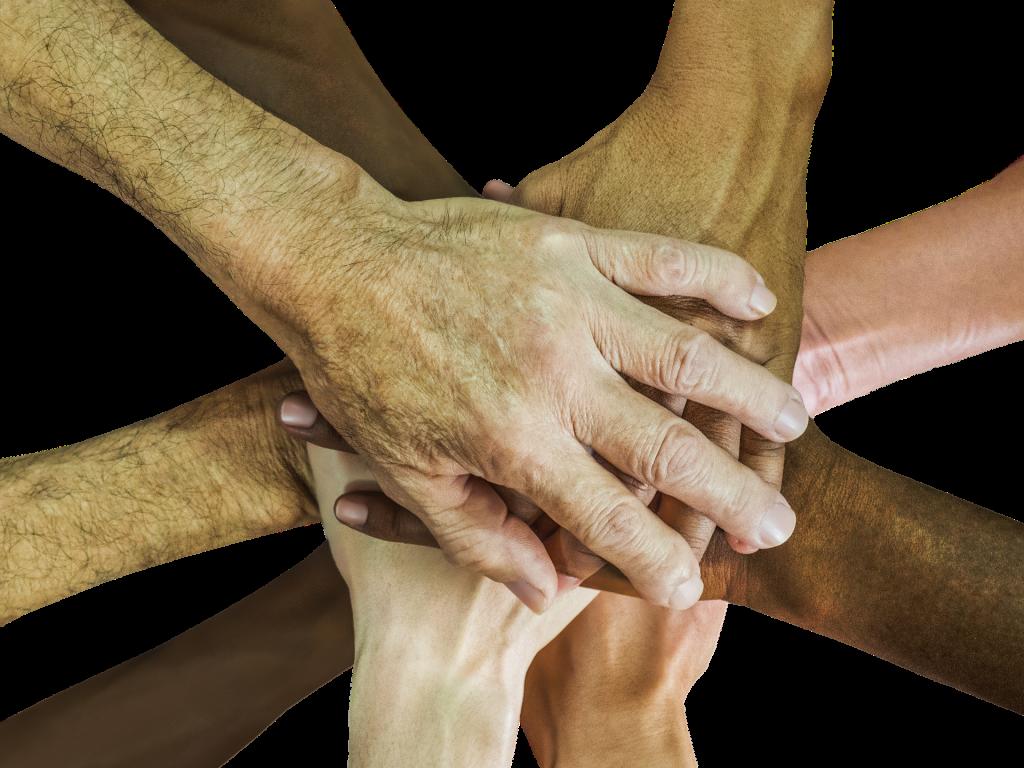Photo de plusieurs mains enlacées qui représente les séances en groupe ou les ateliers de Marie Houdmon chez EssenCiel Coaching.