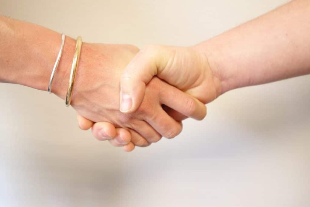 Photo d'une poignée de main qui représente les séances individuelles de coaching proposées par EssenCiel Coaching.